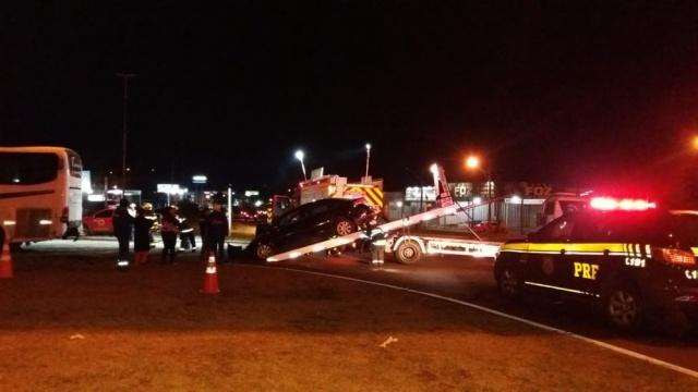 Motorista de carro morre após veículo bater em ônibus na BR-282
