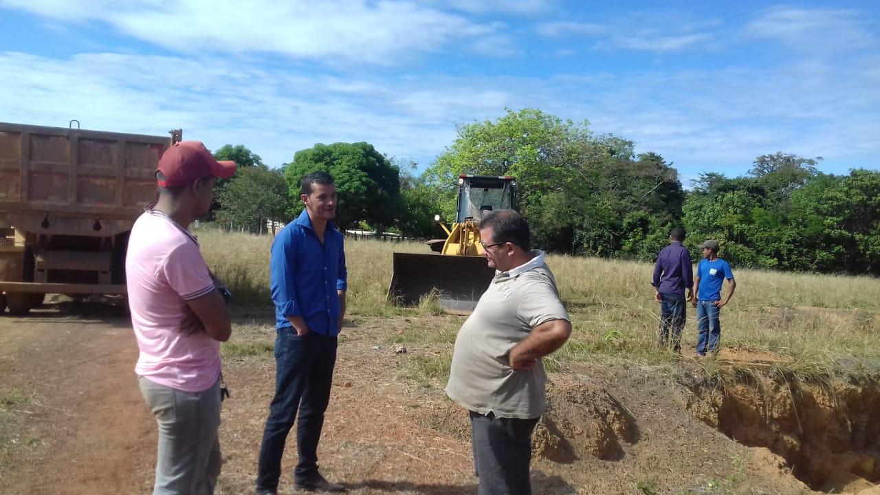 Prefeito Isaias Piagem acompanha obras de recuperação de estradas vicinais em Marianópolis (TO)