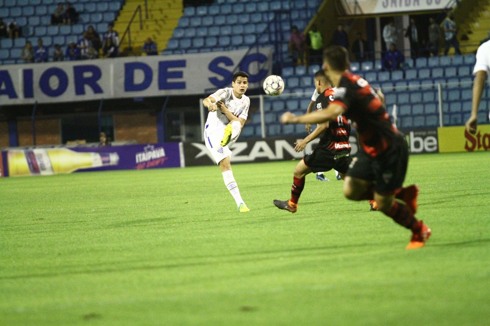 Com sequência de jogos no Avaí, Matheus Barbosa quer fazer de 2018 sua temporada com mais partidas na carreira