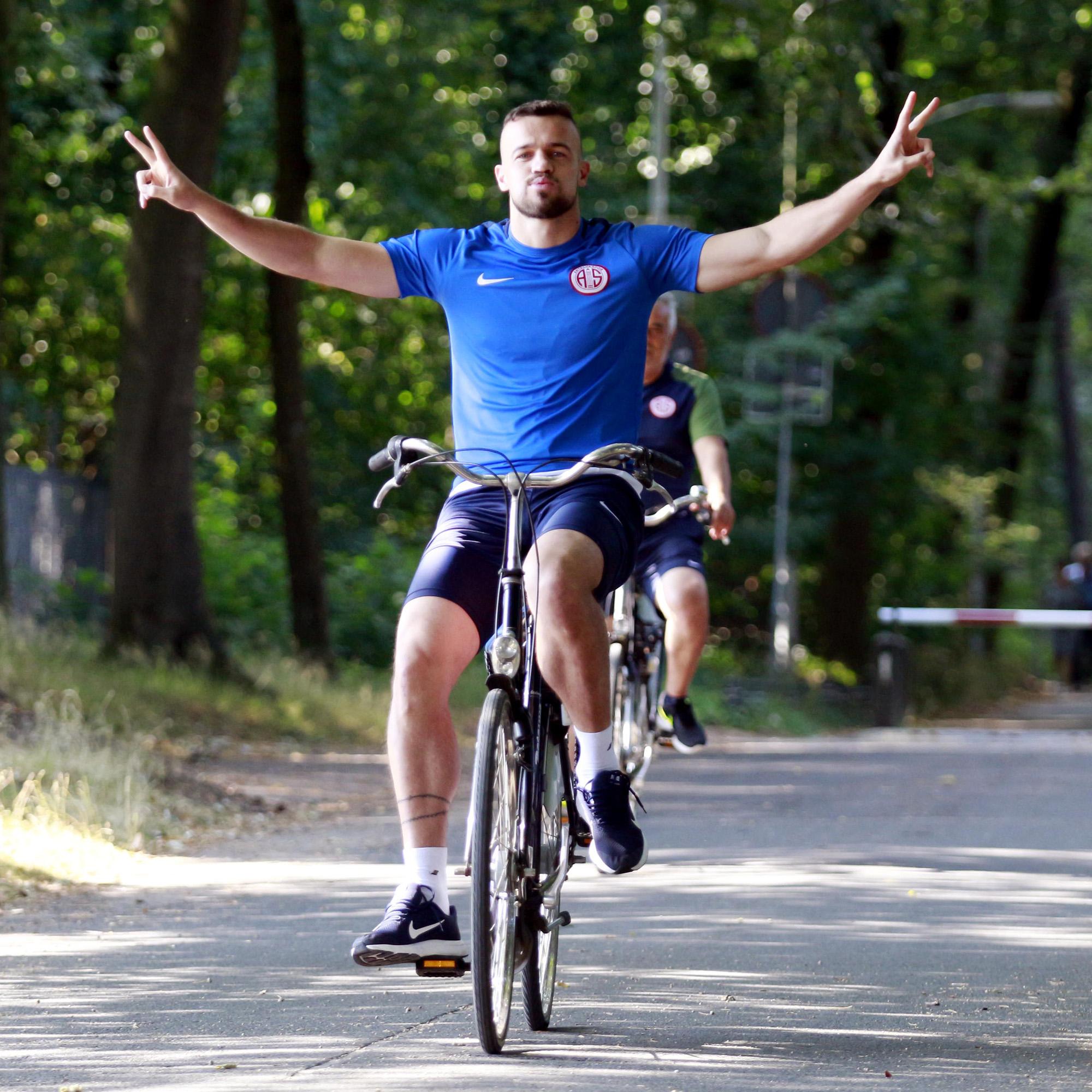 Rumo ao quinto ano na Turquia, Chico, ex-Palmeiras, avalia pré-temporada do Antalyaspor com direito a treino com bicicleta
