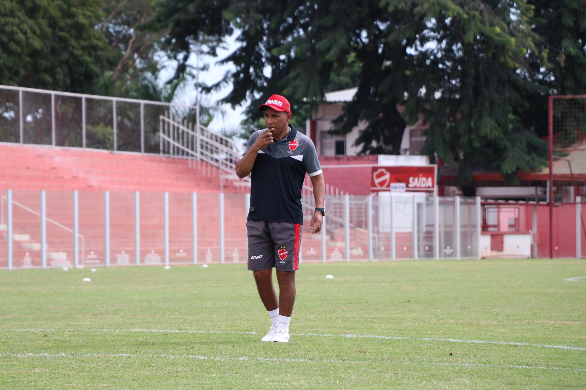 Com melhor defesa da Série B e time há mais tempo invicto, Hemerson Maria cita regularidade do Vila Nova como segredo para longo trabalho no clube