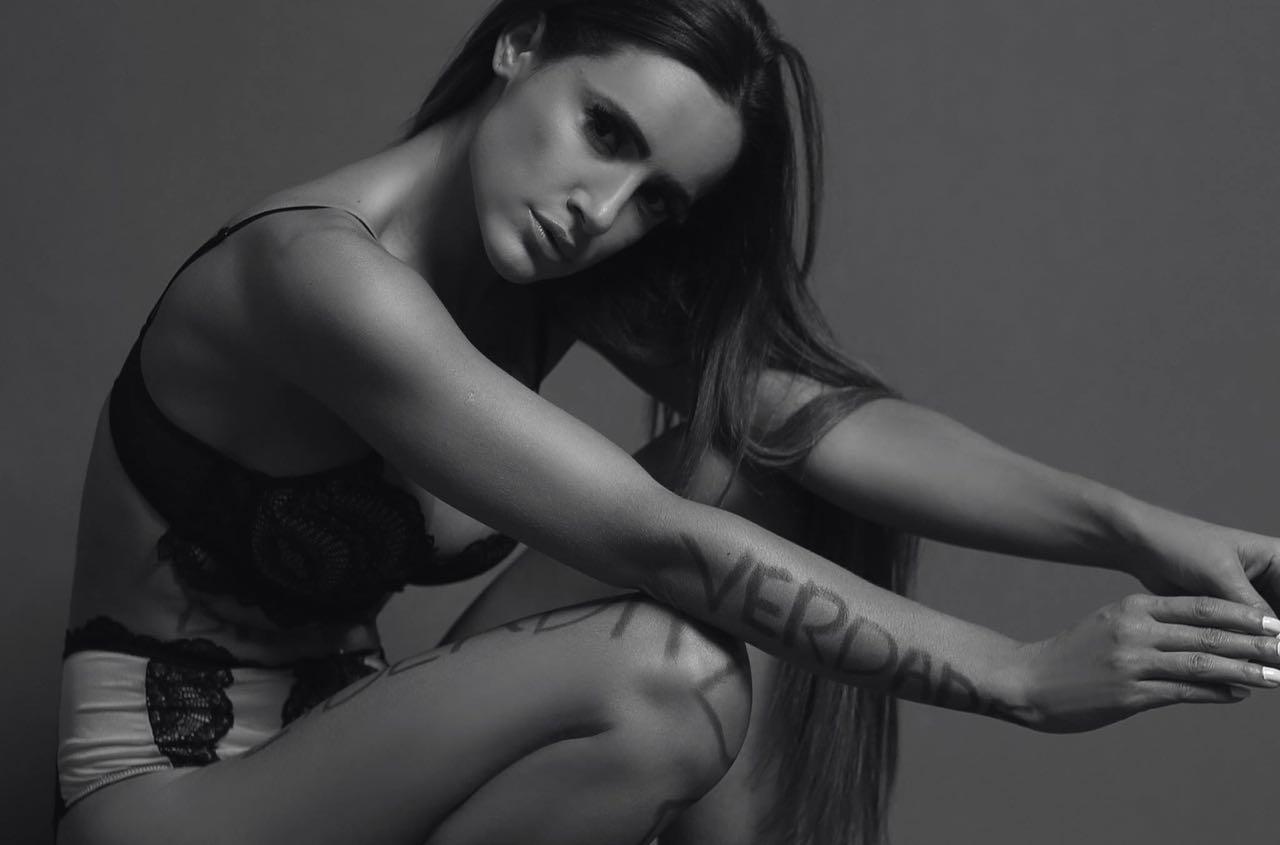 Modelo brasileira usa próprio portfólio como forma de protesto sobre magreza excessiva