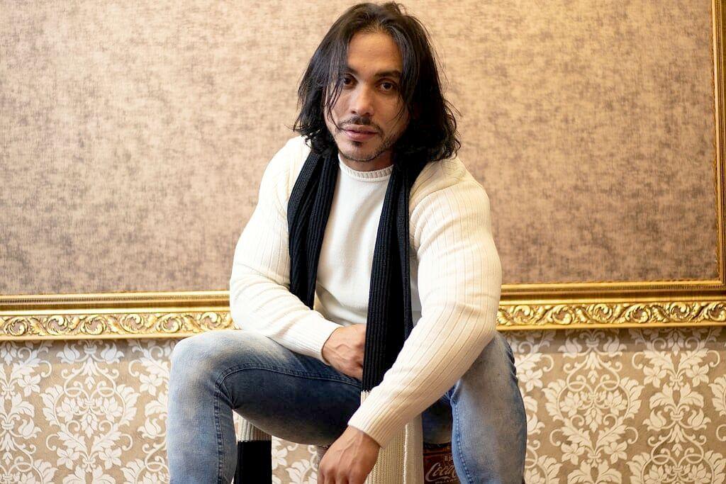 Modelo Ricardo Dias aparece só de cueca em campanha publicitária