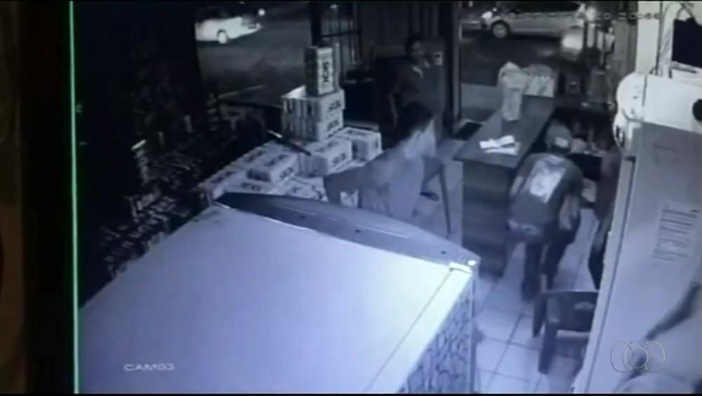 Câmeras de segurança flagram assalto em distribuidora de bebidas em Gurupi