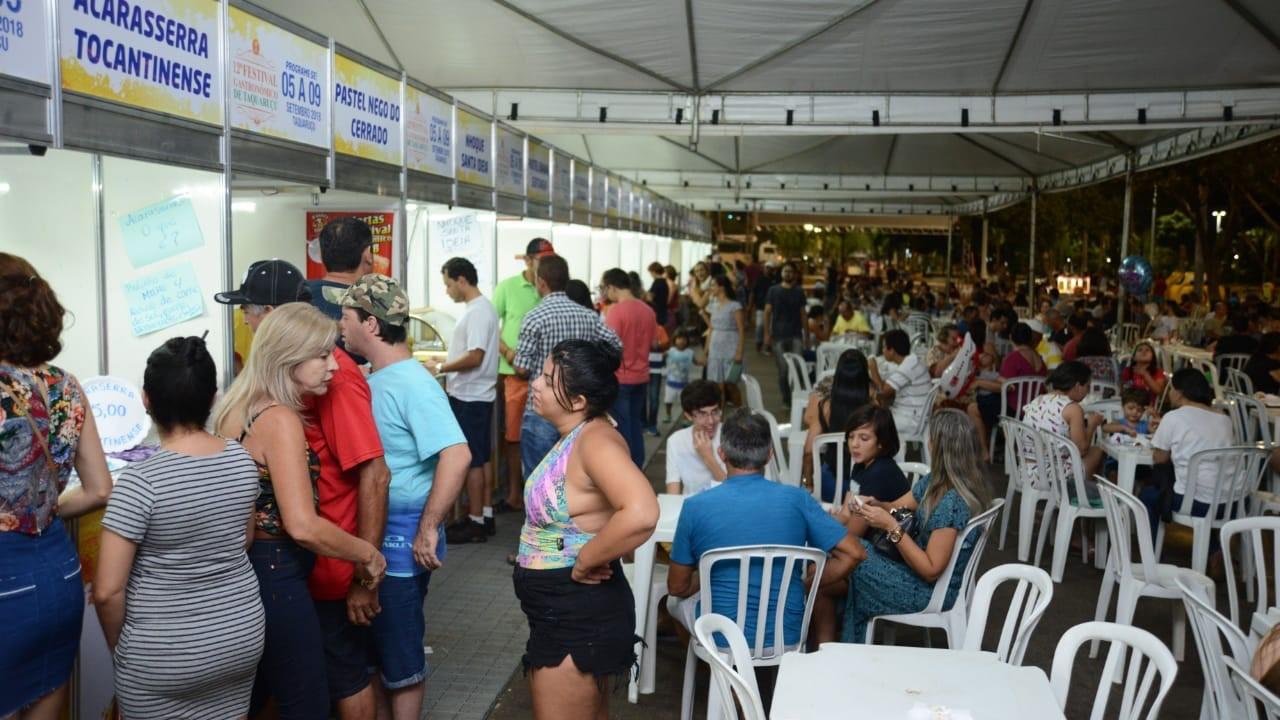 Pratos do 12º Festival Gastronômico de Taquaruçu fazem sucesso na ação de divulgação na Praia da Graciosa