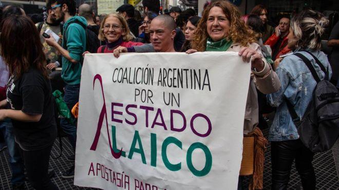 Como a polêmica do aborto está levando católicos a pedirem desligamento oficial da Igreja na Argentina