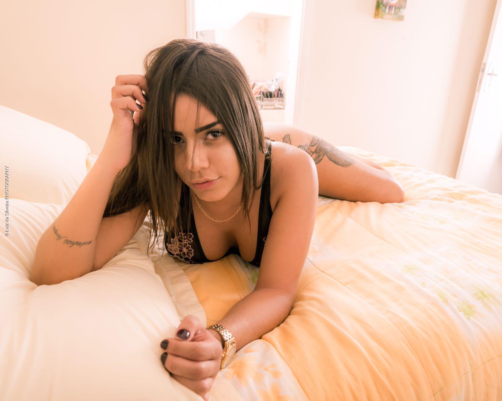 Beleza exótica de Bia Contrera chama a atenção nas redes sociais.