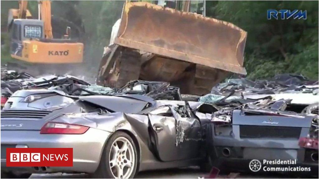 Presidente das Filipinas esmaga carros de luxo que valem mais de US$ 5,5 milhões