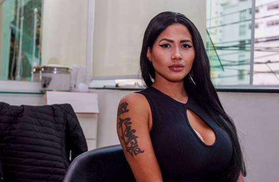 """Sósia de Nicki Minaj mostra bastidores da sua 42ª cirurgia para ficar parecida com a rapper: """"As pessoas veem isso como obsessão"""""""
