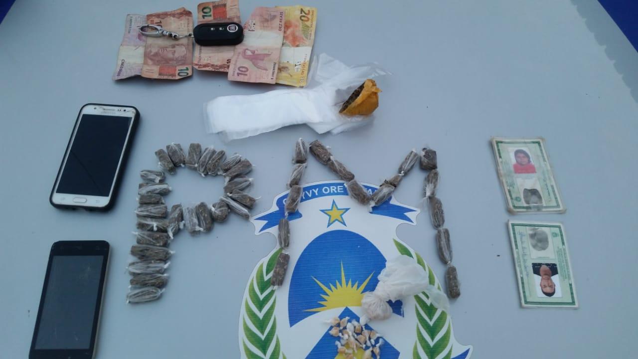 Vários entorpecentes análogos à maconha e 28 pedras de crack são apreendidas pela PM em Aparecida do Rio Negro