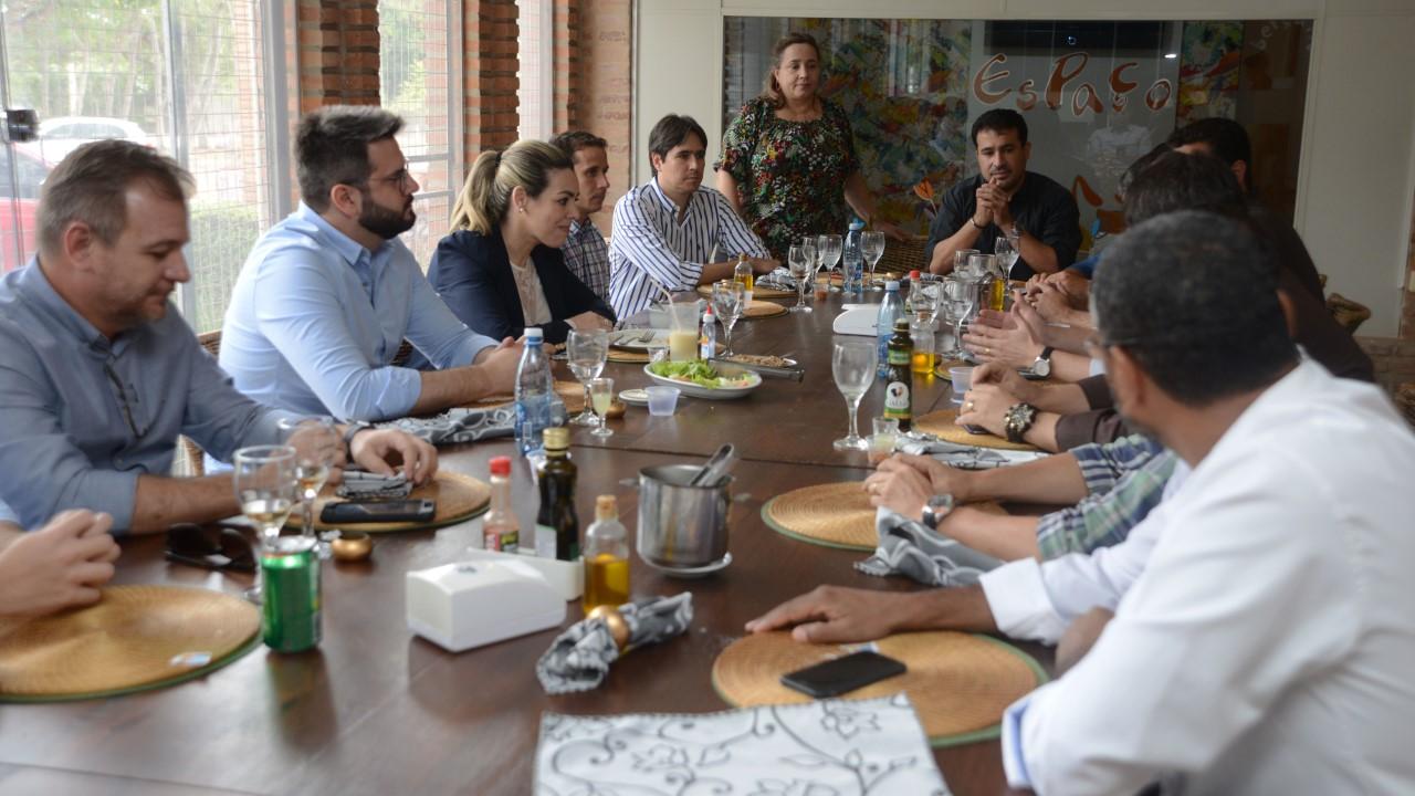 Prefeita discute verticalização durante almoço com empresários incorporadores de Palmas