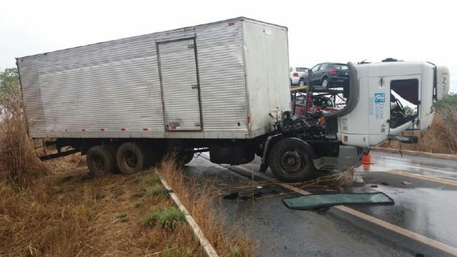 Andarilho morre atropelado por caminhão em acostamento de rodovia