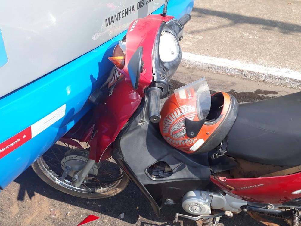 Mulher fica ferida após motocicleta bater na traseira de ônibus em Palmas