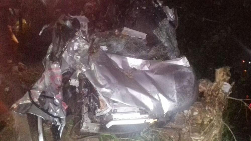 Mãe e filha morrem após carro ser arrastado por carreta e bater em árvores na BR-153