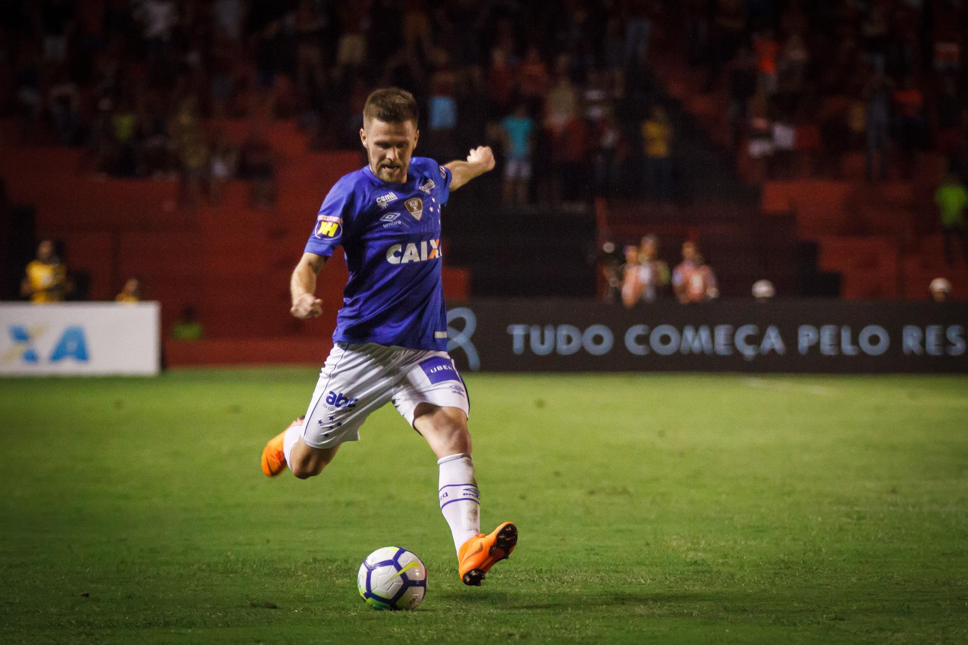 Presente em 80% das partidas do returno, Ezequiel comemora momento pelo Cruzeiro e mira 50º confronto de Série A