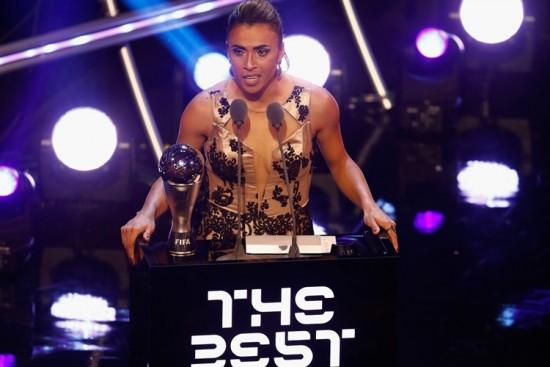 Marta se torna a maior vencedora do prêmio de melhor do mundo da Fifa