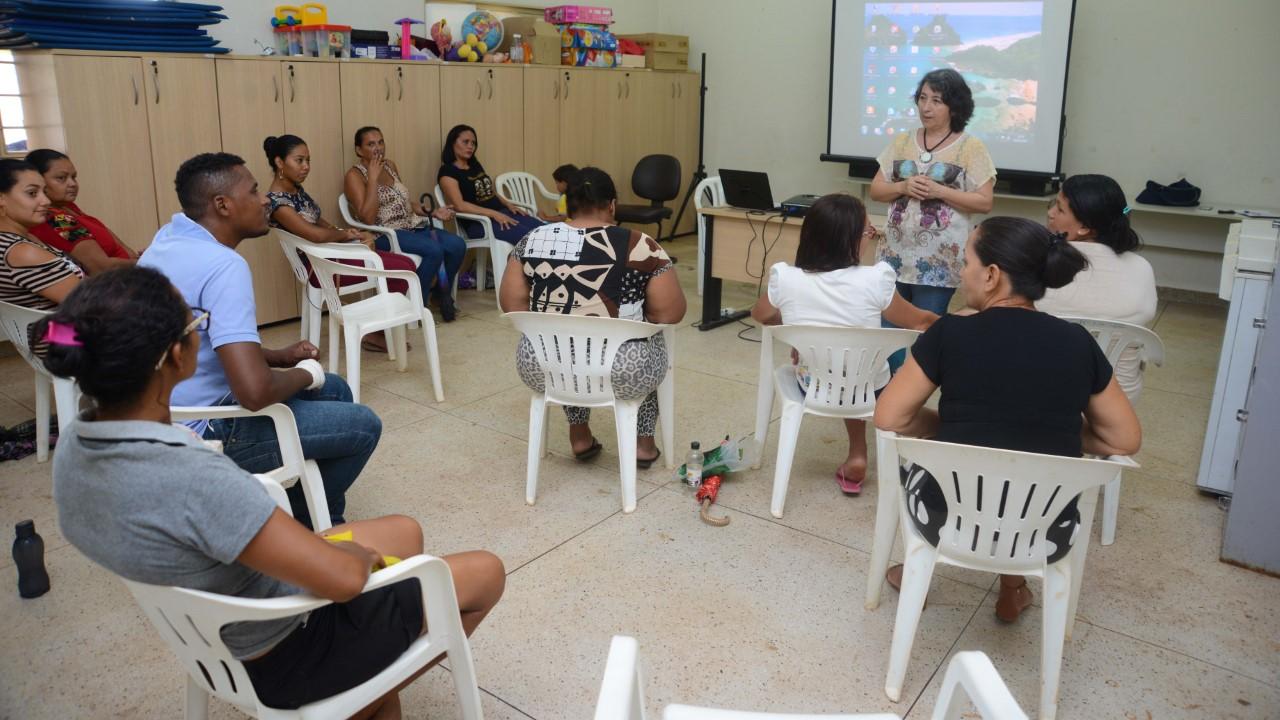 Moradores do setor Aureny III participam de curso de copeiro residencial promovido pelo Cras