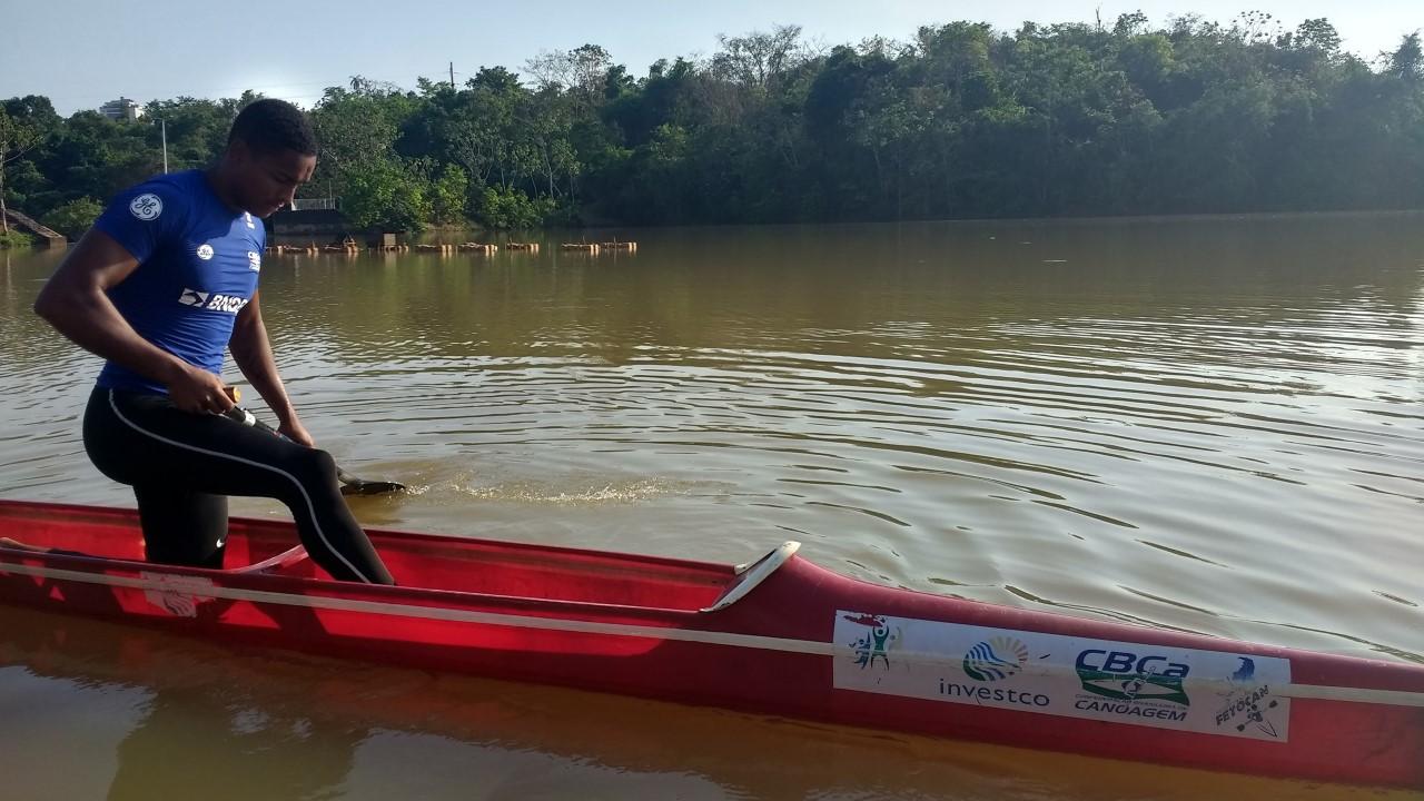 Atleta olímpico de canoagem está treinando em Palmas; aluna da rede municipal absorve experiência do atleta em seus treinamentos