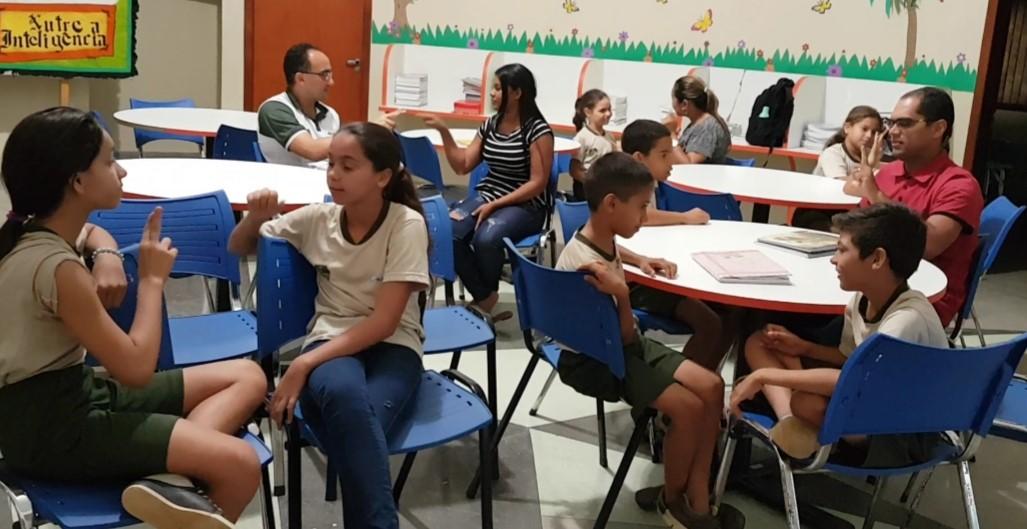 Comunidade escolar da ETI Caroline Campelo interage com alunos surdos por meio do curso de Libras