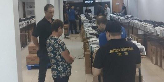 Transparência: eleitora de Palmas participa da solenidade de carga e lacração das urnas