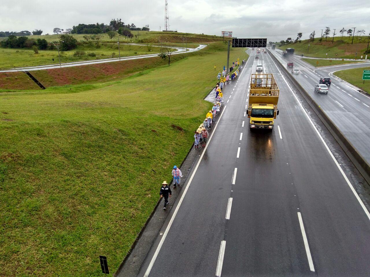 CCR NovaDutra contabiliza mais de 20 mil romeiros a pé pelos acostamentos da via Dutra em direção à Aparecida (SP), durante operação Romaria