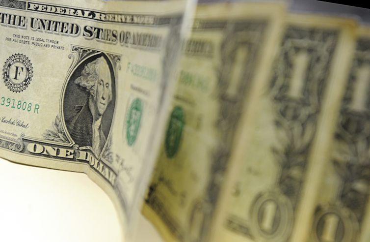 Dólar volta a fechar acima de R$ 4; bolsa cai 4% na semana
