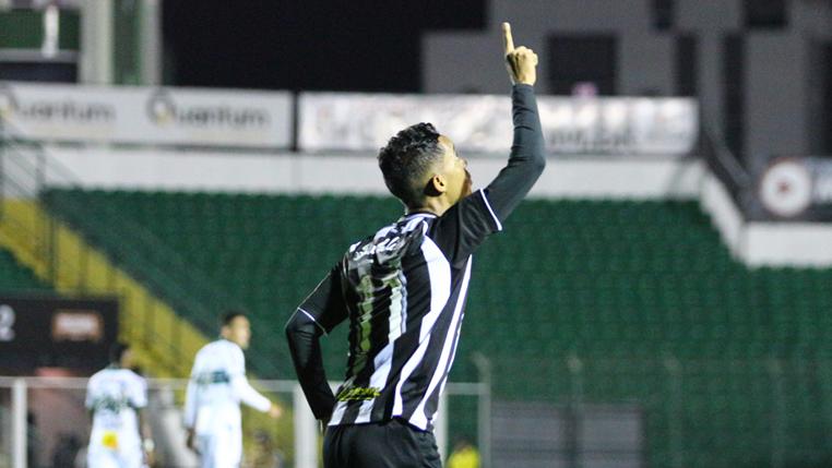 """Com dois gols em três jogos diante da Ponte Preta, Felipe Amorim mantém foco na reta final da Série B: """"Não vamos desanimar"""""""