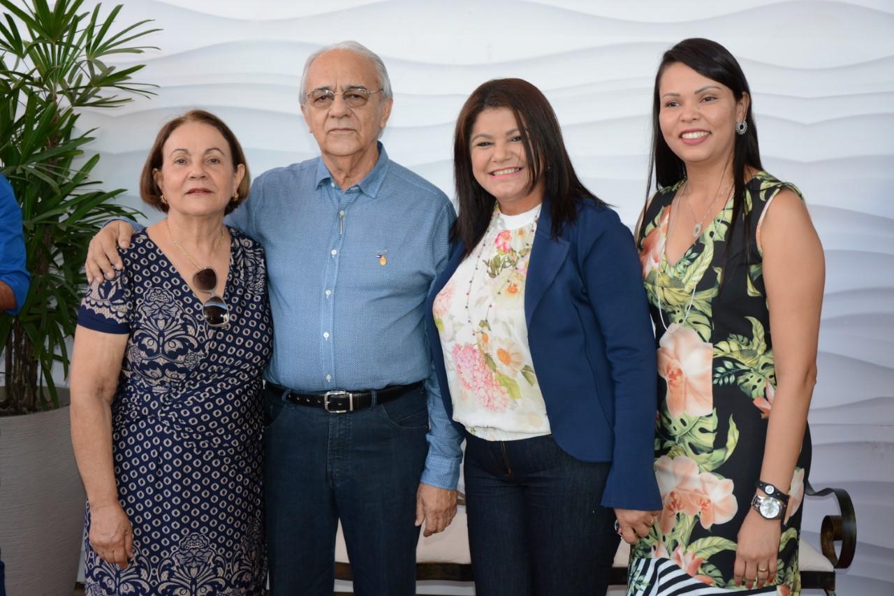 Prefeito Moisés Avelino e primeira dama, dona Virgínia, recepcionam idosos de Porto Nacional