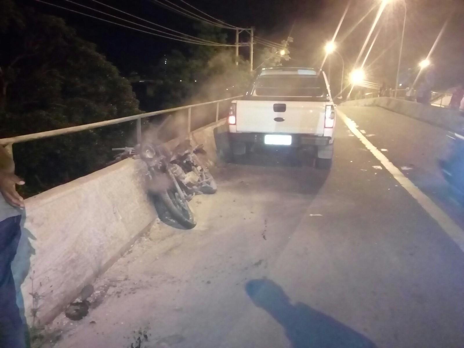 Motociclista é arremessado de viaduto em acidente em SP