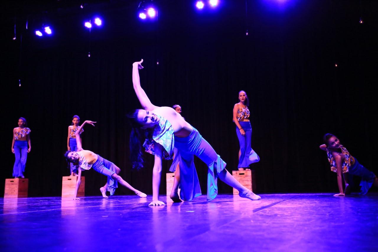 """Dançarinos do Balé Popular do Tocantins se revezam no palco na primeira apresentação do espetáculo """"Cidade dos Porquês"""""""