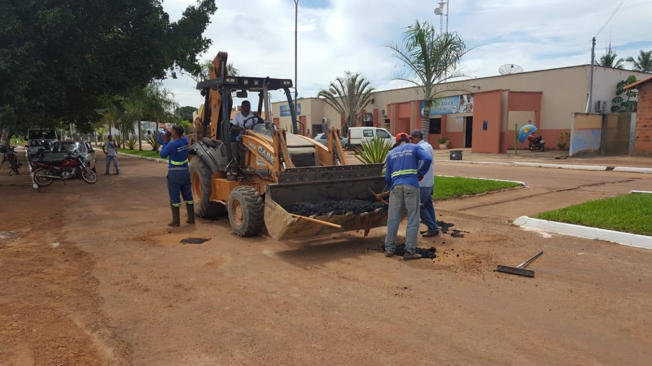 Operação tapa-buracos recupera vias na cidade de Chapada de Areia