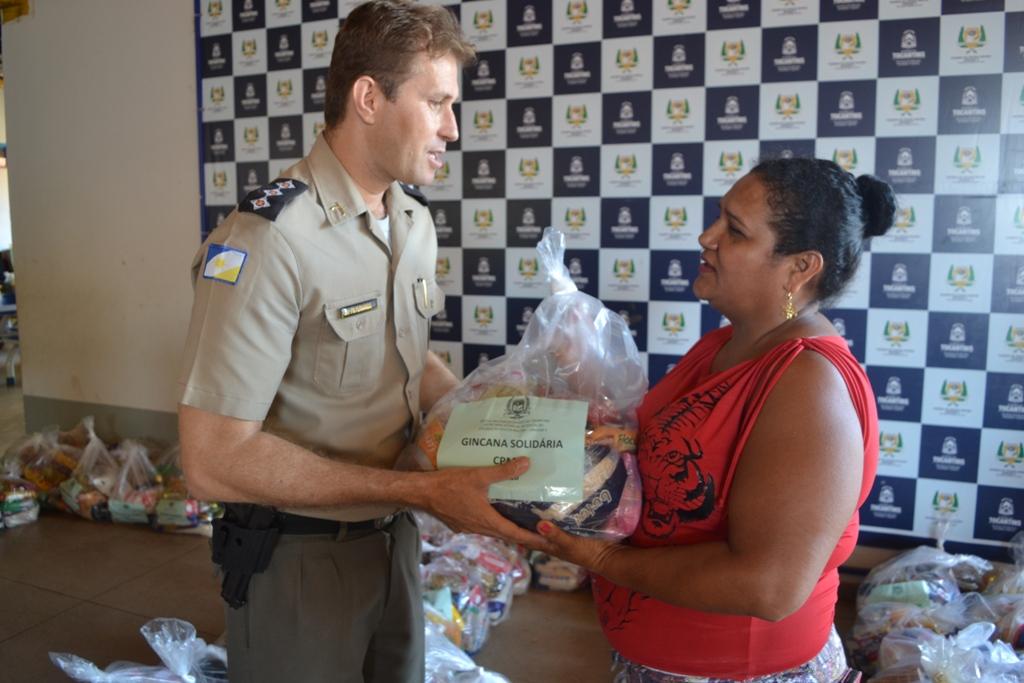 Colégio da Polícia Militar de Paraíso distribui cestas para 400 famílias
