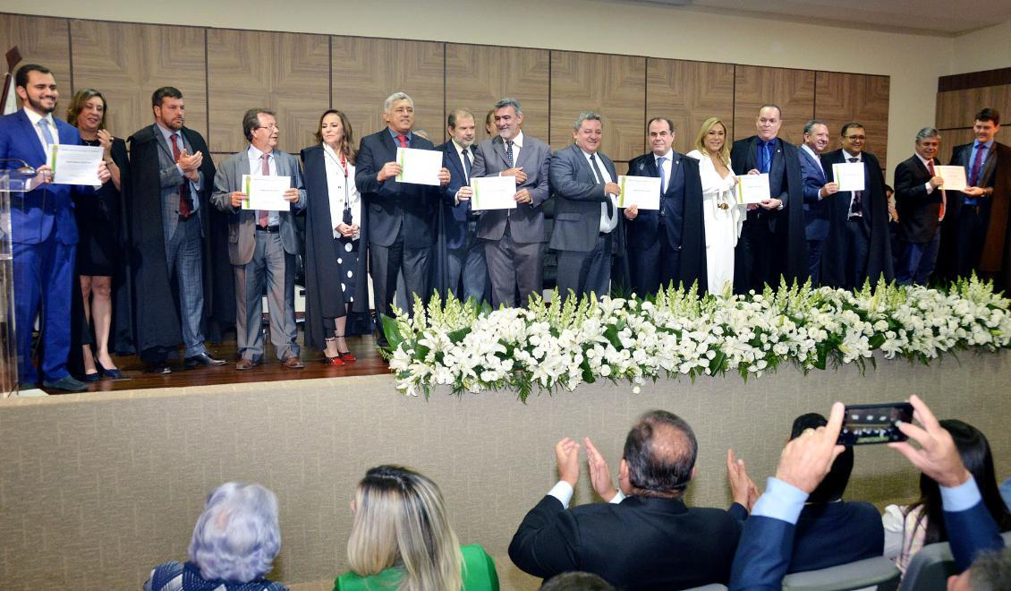 Deputados eleitos e suplentes são diplomados pelo TRE