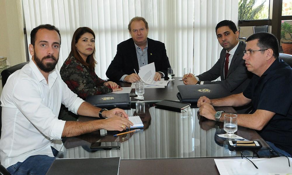 Governador assina contrato que garantirá R$ 3,5 milhões para investimentos em tecnologia na educação