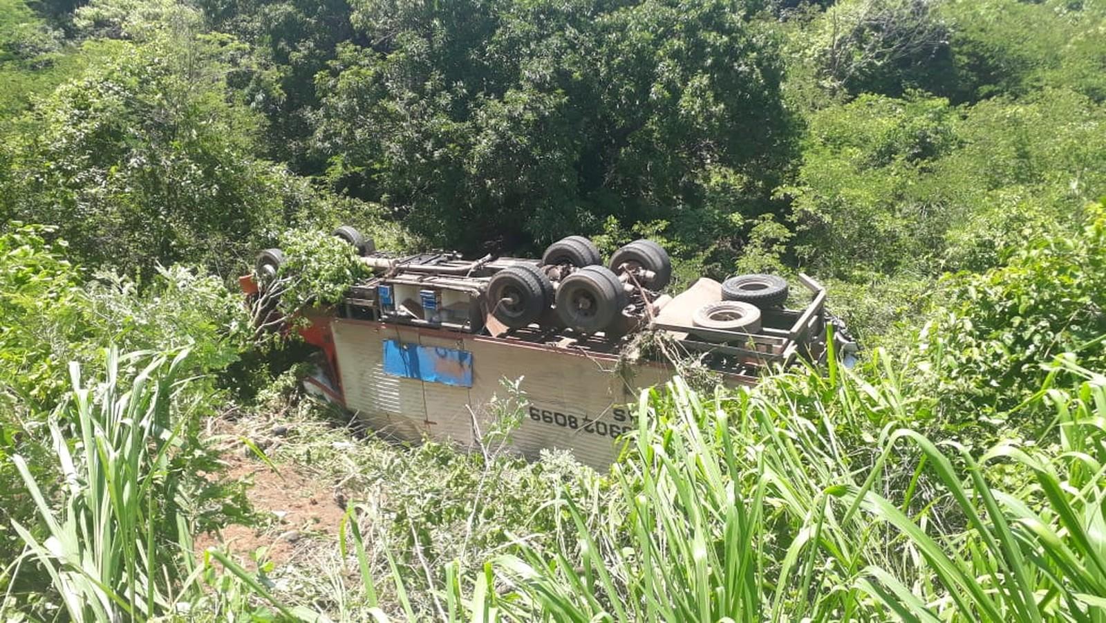Caminhão cai em ribanceira depois de batida frontal na BR-153