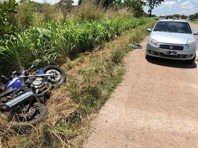 Motociclista perde o controle da direção, bate em carro e morre na BR-153