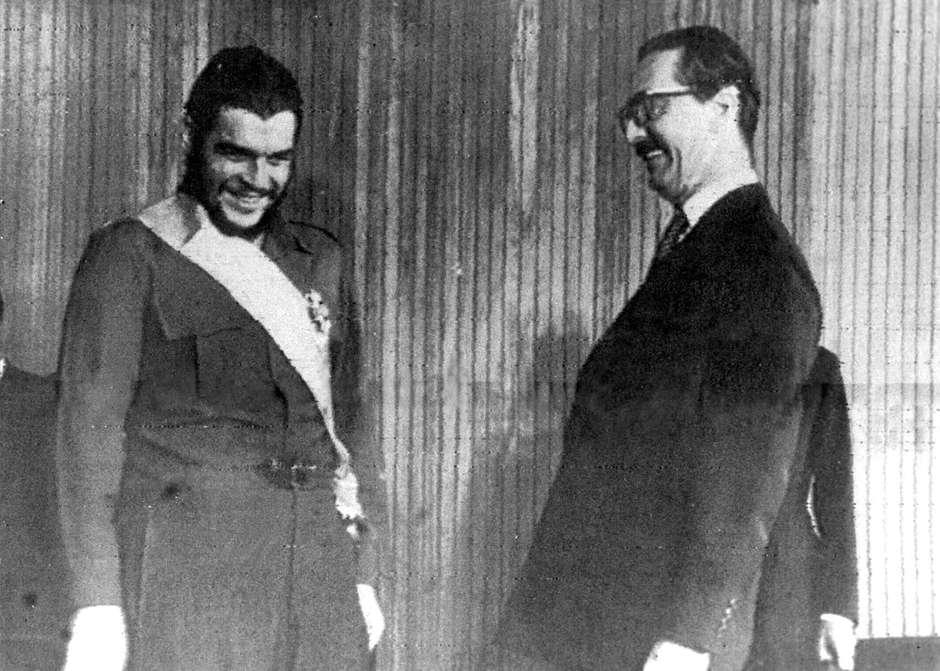Bolsonaro concede a Netanyahu honraria que Jânio deu a Che