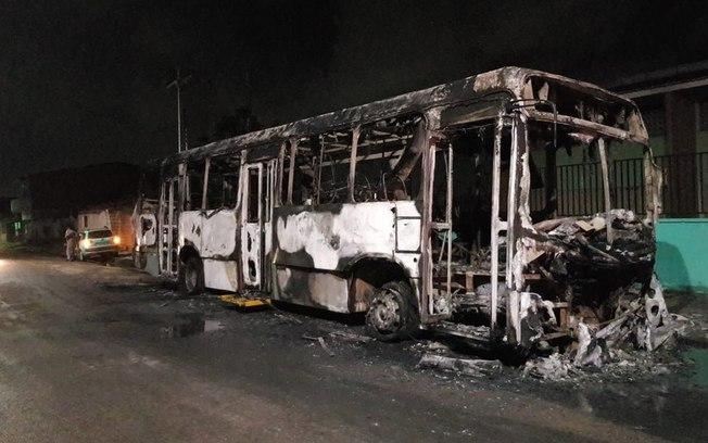 Criminosos explodem bomba em ponte e incendeiam transporte escolar no Ceará