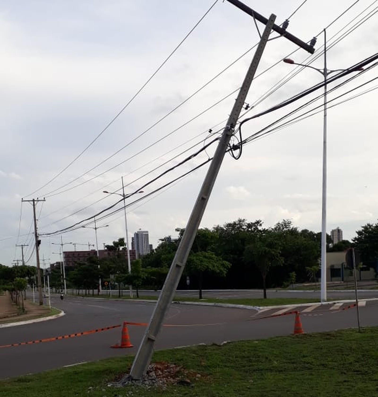 Perícia aponta que maior parte dos postes caídos tem relação com bebida e uso do celular no volante