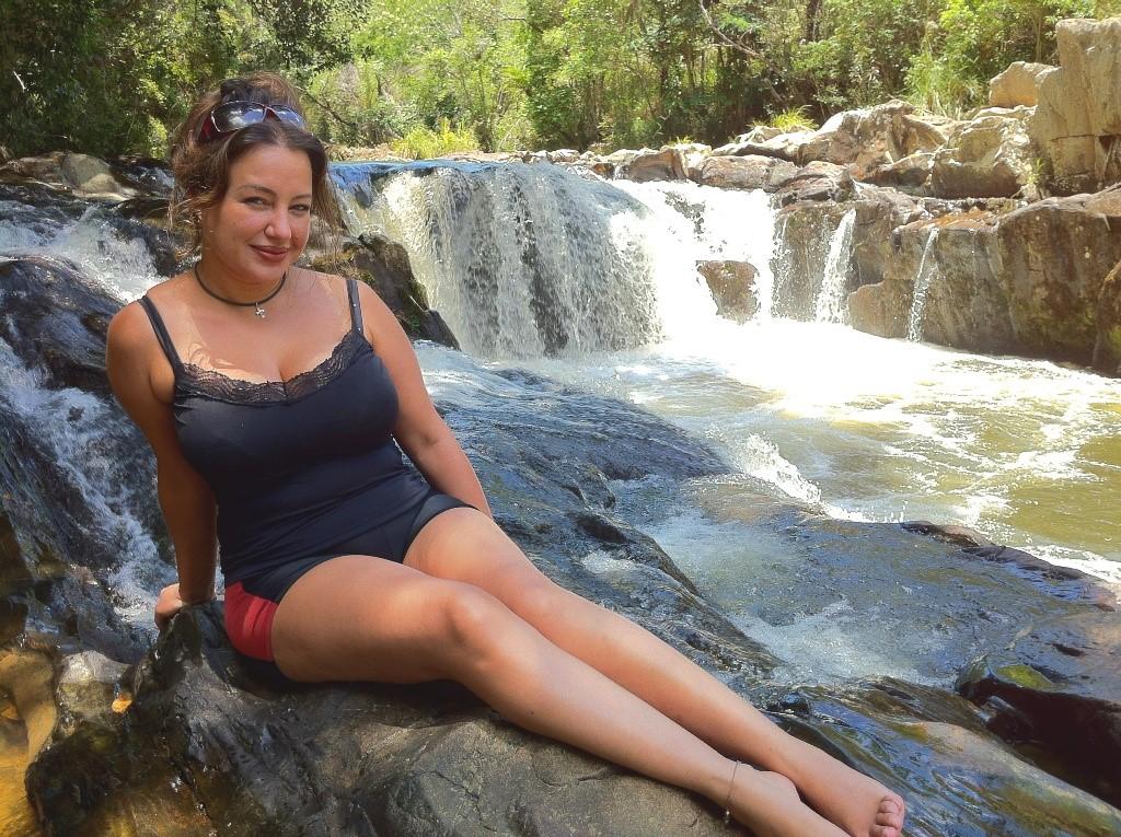 Atriz de cinema Cris Lopes passa férias no Brasil com ensaio a la italiani inspirado na diva Claudia Cardinale
