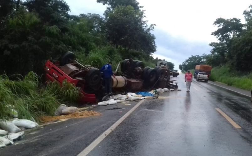 Pai morre e filho fica gravemente ferido após caminhão capotar em Rio dos Bois