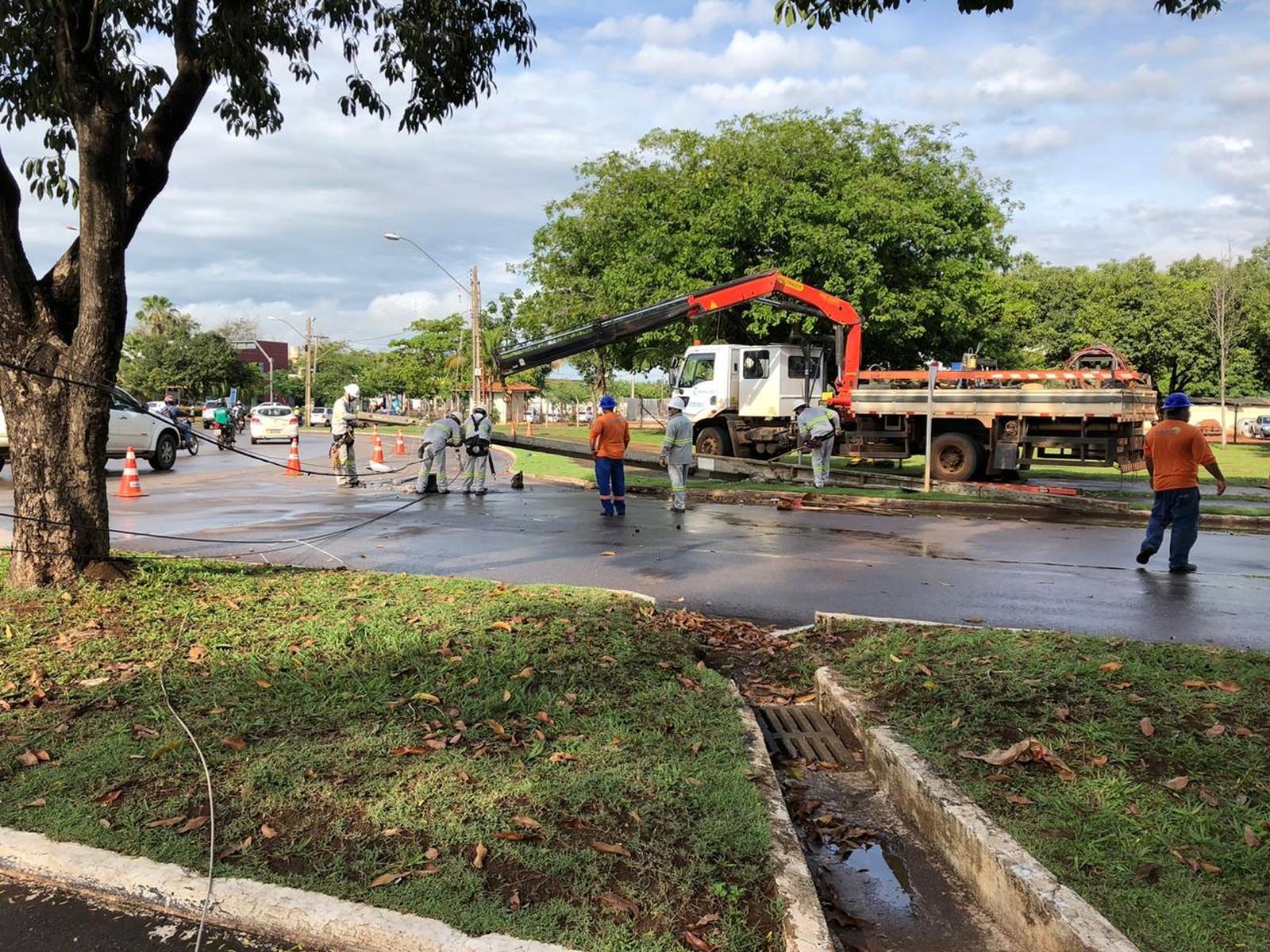 Carro derruba poste e moradores ficam sem energia na região sul de Palmas