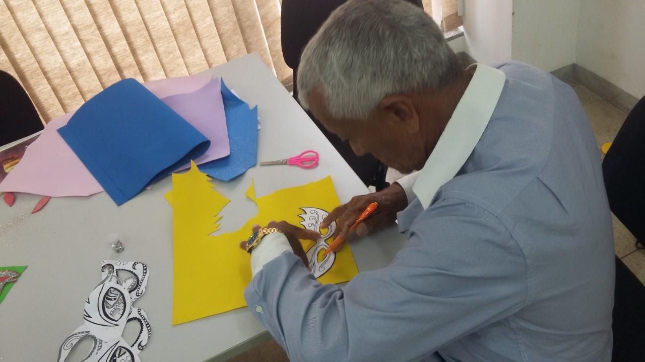 Idosos do Cras Morada do Sol se preparam para o Carnaval Intergeracional com oficina de confecção de máscaras