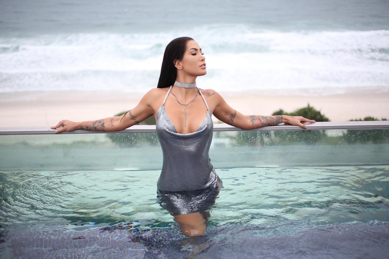 """Modelo faz mini tatuagens para completar produção em fotos de playmate no Rio """"Tenho 20 espalhadas pelo meu corpo quero chegar a 100"""""""