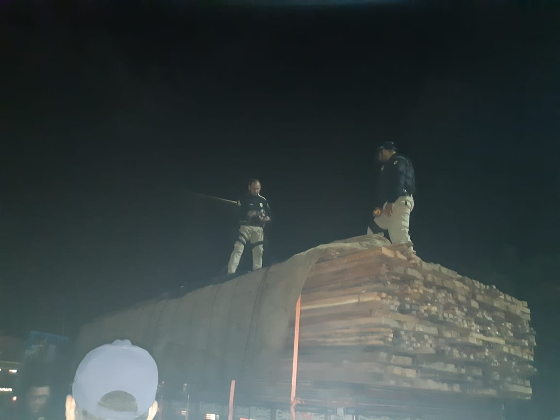 PRF flagra caminhão transportando madeira irregular em Aguiarnópolis