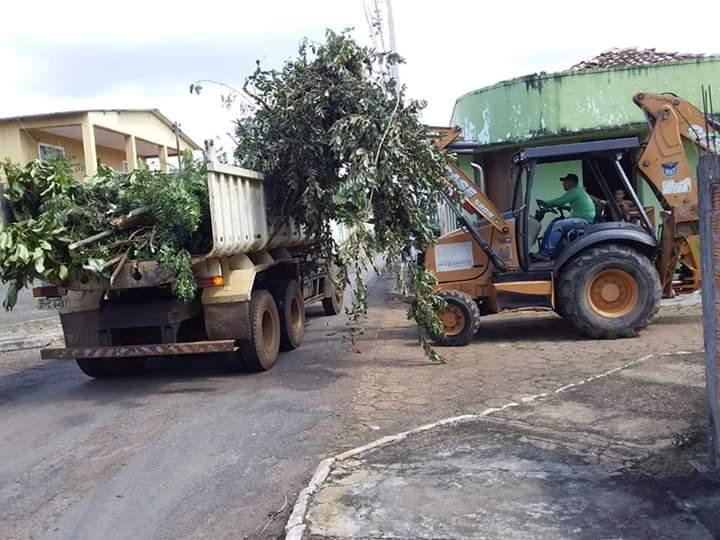 Prefeitura de Araguacema realiza operação de limpeza e tapa-buracos na cidade