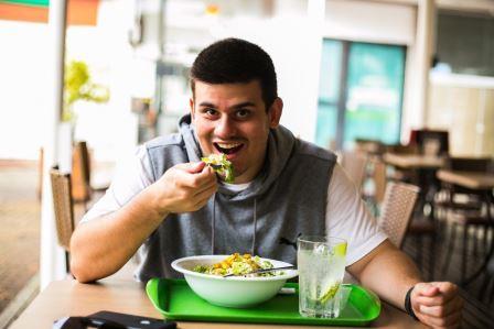 Sentiu aquela compulsão de comer? Influencer convida você a conversar em grupo até que a sua fome vá embora