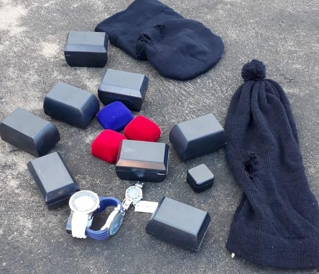 Dois suspeitos de assalto em joalheira são presos e joias recuperadas pela Polícia Militar