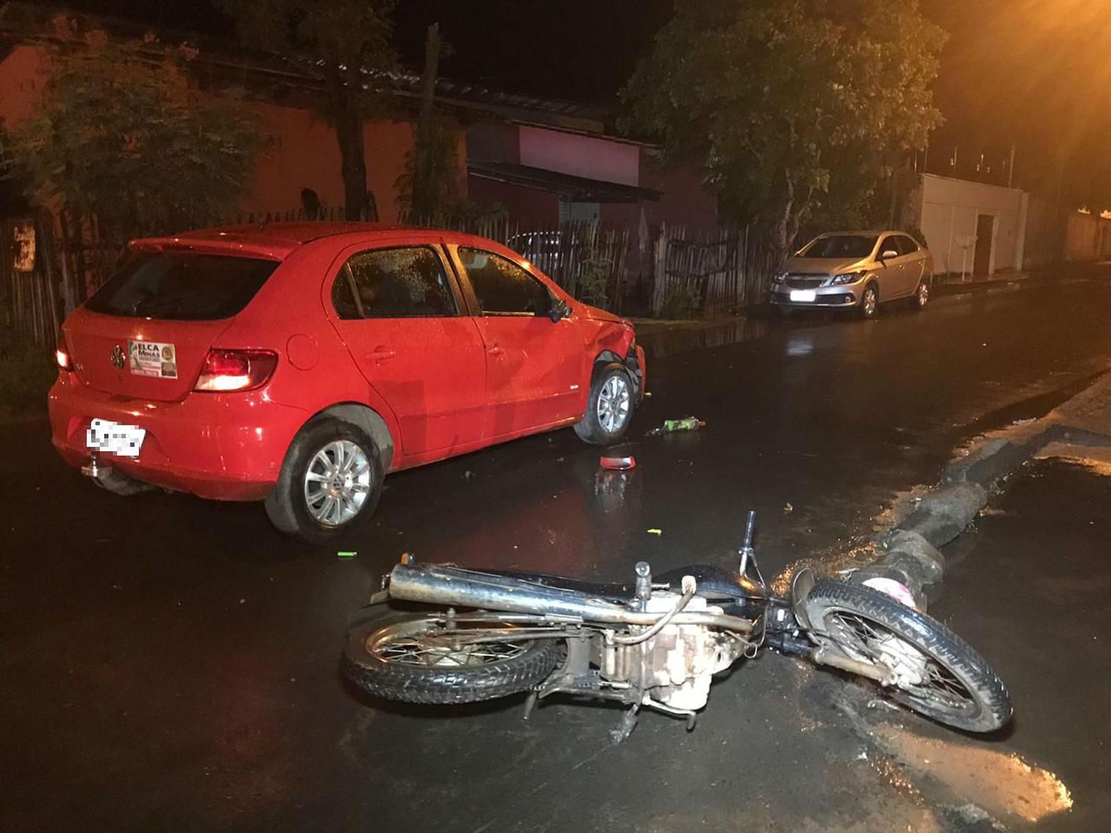 Homem morre e mulher ferida após colisão entre carro e moto em cruzamento