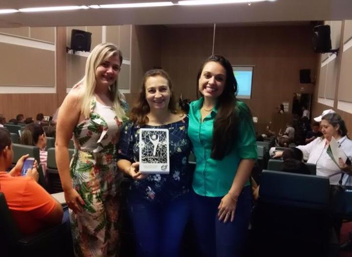 Secretária de Saúde de Monte Santo recebe prêmio do COSEMS-TO